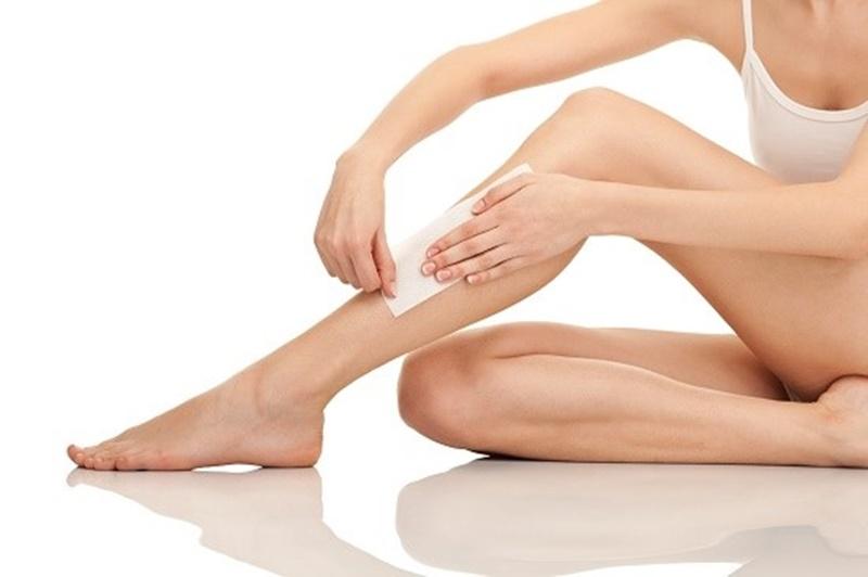 Bạn có thể áp dụng cách tẩy lông bằng oxy già với waxing để mang đến hiệu quả tốt hơn